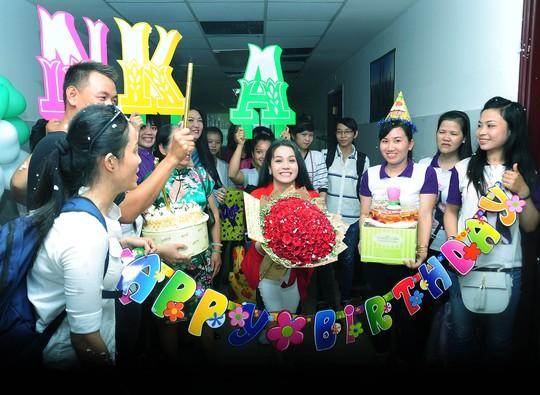 Nhật Kim Anh hạnh phúc đón sinh nhật ở trường quay