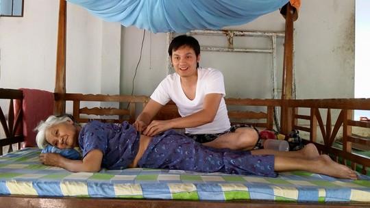 NSƯT Kim Tiểu Long về thăm mẹ, xoa bóp lưng cho mẹ.