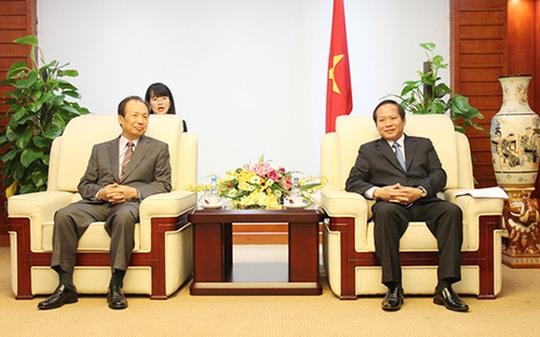 Ông Shin Jong Kyun, Tổng giám đốc Điều hành Samsung (trái) trong buổi tiếp và làm việc với Bộ trưởng Bộ Thông tin và Truyền thông Trương Minh Tuấn, sáng 6-5