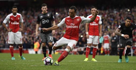 Phài nhờ đến bàn thắng trên chấm phạt đền ở phút 90+4 của Santi Cazorla, Arsenal mới giành trọn ba điểm