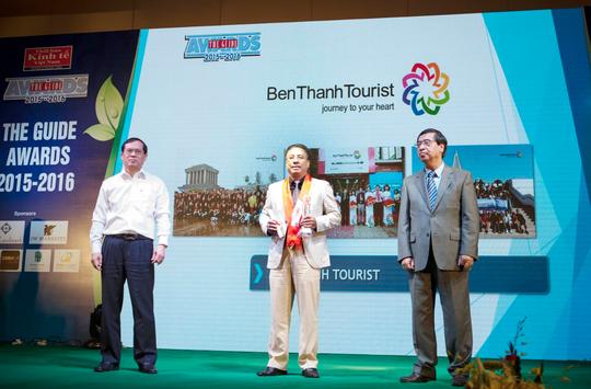 Ông Vũ Đình Quân, Tổng Giám đốc BenThanh Tourist (giữa), nhận giải The Guide Awards