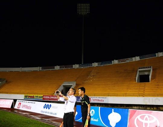 Giám sát trận đấu Trương Trọng Đạt cùng các trọng tài ở góc sân có dàn đèn bị hư Ảnh: LĐO