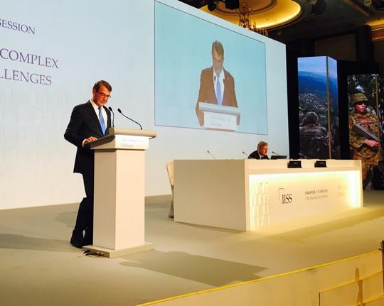 Bộ trưởng Quốc phòng Mỹ Ashton Carter phát biểu tại Đối thoại Shangri-La 2016. Ảnh: Twitter