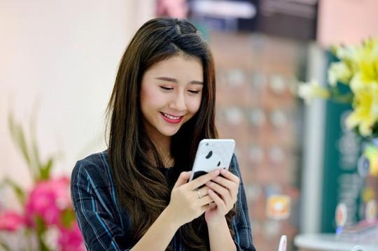 Người dùng TP HCM trải nghiệm với 4G từ ngày 1-7. Ảnh: Hoàng Hà