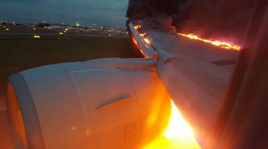 Máy bay bốc cháy khi vừa hạ cánh. Ảnh: CNA