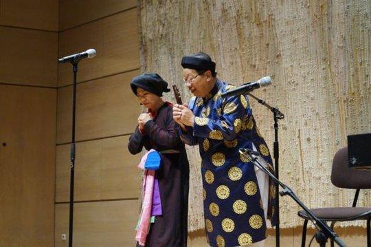 GS Trần Quang Hải giới thiệu về âm nhạc dân tộc tại Pháp. Ảnh: NSCC