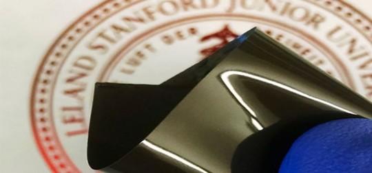 Các phân tử dẫn điện trong các pin lithium-ion tương lai sẽ được nhúng trong lớp film co giãn để có thể ngắt dòng điện khi nhiệt độ tăng cao. Ảnh cắt từ clip.