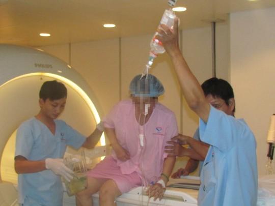 Các kỹ thuật viên đưa người bệnh vào khu vực điều trị u xơ tử cung tại Bệnh viện Phúc An KhangẢnh: XUÂN THU
