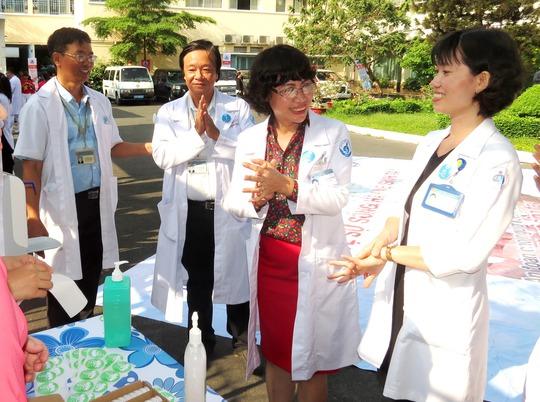 Nhân viên y tế của Bệnh viện Nhi Đồng 1 thực hành thao tác rửa tay đúng cách tại lễ phát động