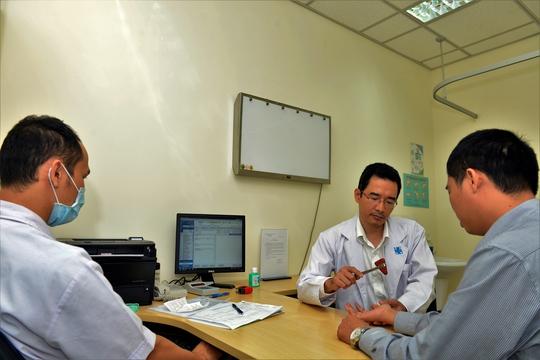 Khám bệnh đau cổ tay liên quan đến smartphone tại BV Đại học Y Dược TP HCM