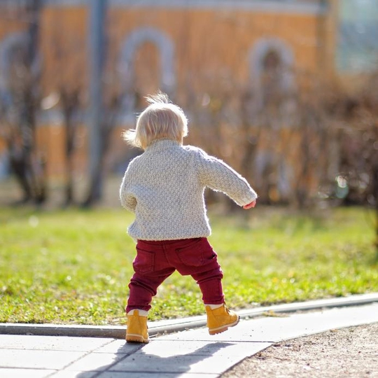 Trẻ có thể hấp thu vitamin D an toàn khi chơi đùa dưới trời nắng dịu. Ảnh MEDICAL NEWS TODAY