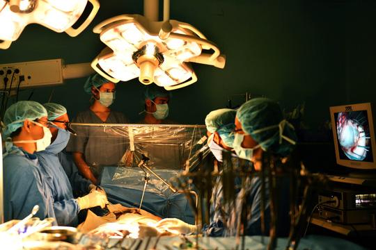 Một ca phẫu thuật tim bằng nội soi tại Bệnh viện Đại học Y Dược (TP HCM)