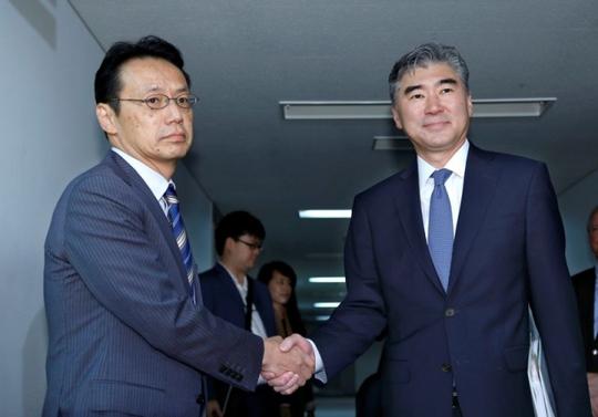 Ông Sung Kim (trái) và ông Kenji Kanasugi, một quan chức Bộ Ngoại giao Nhật Bản, trong cuộc gặp ngày 11-9. Ảnh: REUTERS