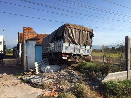 Sau cú đâm trực diện, chiếc xe tải 37C-20273 mất lái đâm sập nhà dân