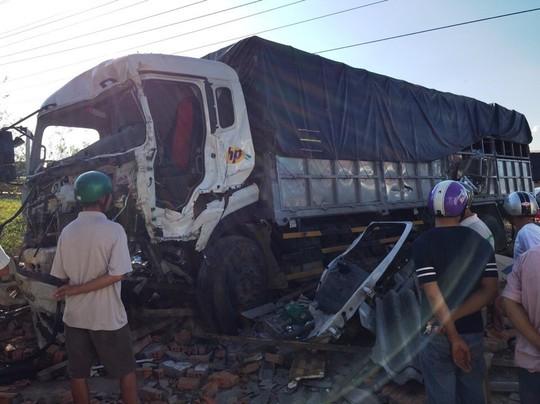 Sau vụ tai nạn, chiếc xe tải 37C-20273 hư nặng phần đầu