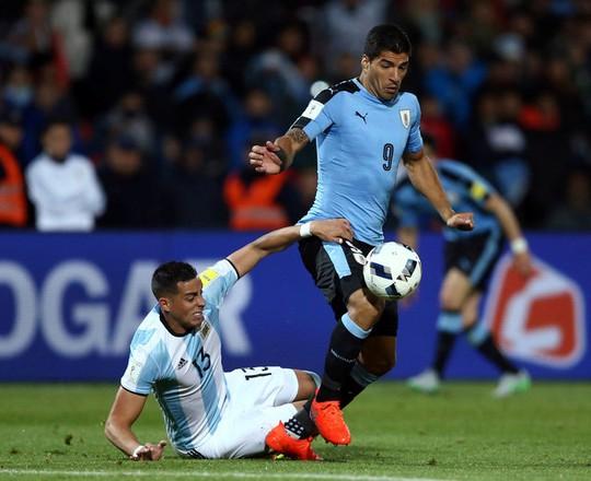 Suarez bị hàng thủ Argentina vô hiệu hóa