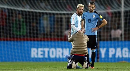 """Messi lại bị fan """"cuồng"""" vái lạy giữa sân"""