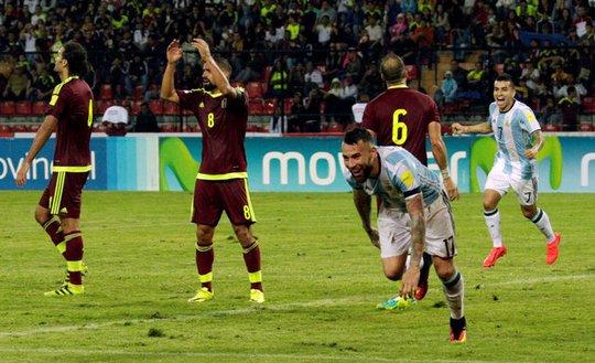 Trugn vệ Otamendi ghi bàn thắng cuối trận, giúp Argentina thoát thua