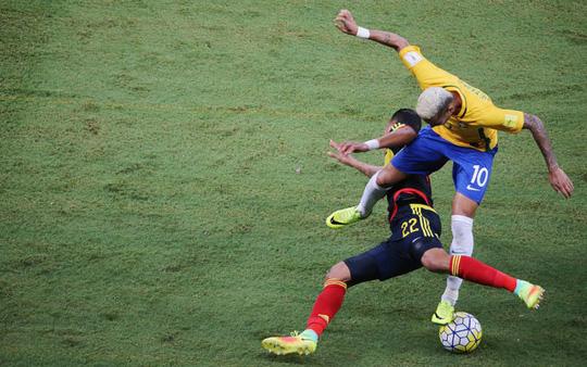Các cầu thủ Brazil gặp khó trước lối chơi quyết liệt của Colombia