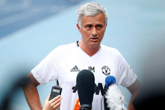 HLV Mourinho rất bực bội với điều kiện sân bãi ở Trung Quốc