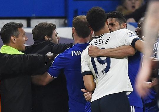 Móc mắt Costa, sao Tottenham bị treo giò đến mùa sau