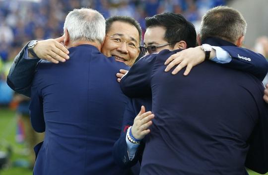 Ông chủ người Thái Lan chúc mừng ban huấn luyện Leicester