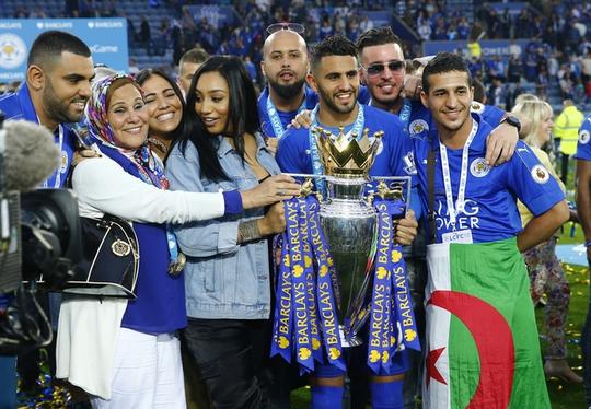 Mahrez ăn mừng bên gia đình và đồng đội