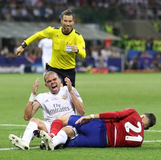 Hành vi ăn vạ của Pepe không qua mắt được tài Clattenburg