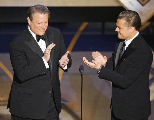 """Leonardo DiCaprio và cựu Phó Tổng thống Mỹ Al Gore vỗ tay tại Lễ trao Giải Oscar năm 2007. Năm này, anh được đề cử hạng mục Nam diễn viên chính xuất sắc nhất với vai diễn trong phim """"Blood Diamond"""". May mắn tiếp tục không mỉm cười với Leonardo, anh trượt tượng vàng!"""