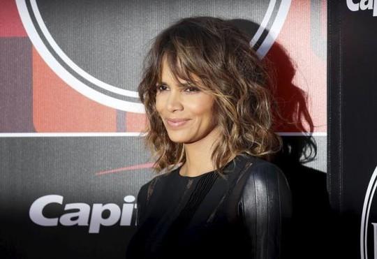 Halle Berry cho biết cô cảm thấy rất đau lòng khi không nữ diễn viên da màu nào nối bước mình chiến thắng Oscar
