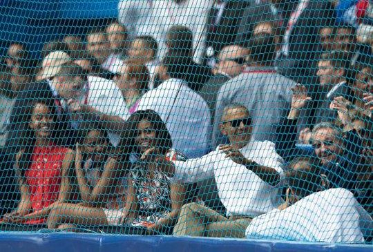 Cả gia đình ông Obama cũng hào hứng xem trận đấu. Ảnh: AP