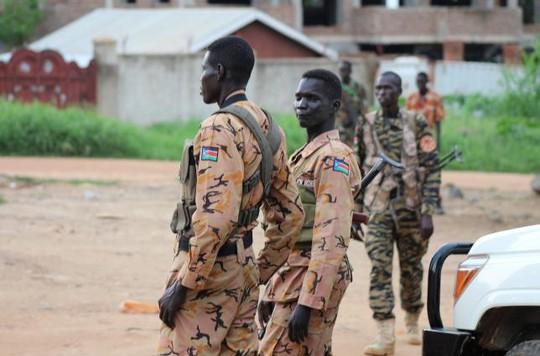 Các binh sĩ và cảnh sát Nam Sudan đứng gác trên đường hôm 10-7. Ảnh: Reuters
