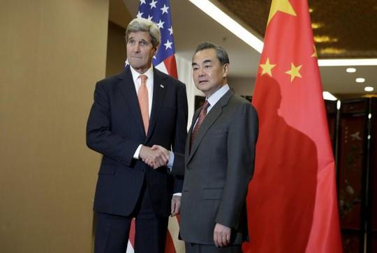 Ngoại trưởng Mỹ John Kerry (trái) bắt tay người đồng cấp Vương Nghị. Ảnh: Reuters