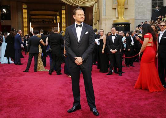 "Leonardo DiCaprio ""lướt"" qua tượng Oscar như thế nào?"