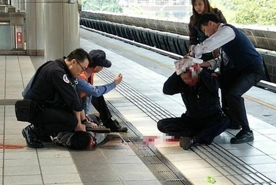 Cảnh sát khống chế kẻ tấn công tại nhà ga. Ảnh: shanghaiist