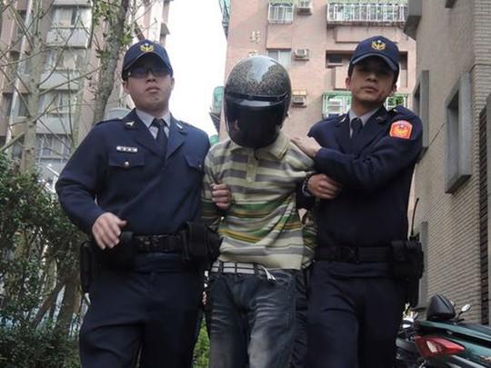 Cảnh sát áp giải kẻ tấn công. Ảnh: shanghaiist