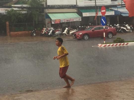 Trẻ em thích thú khi tắm mưa