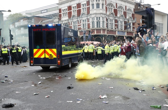 Cảnh sát phải can thiệp để bảo vệ xe của đội khách, đồng thời BTC trận đấu phải lùi trận đấu lại 45 phút so với dự kiến