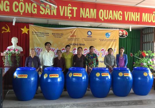 Chương trình Nhựa miền Tây- Đong đầy yêu thương đã đến và trao kiệu chứa nước cho dân nghèo vùng U Minh Thượng của tỉnh Kiên Giang.