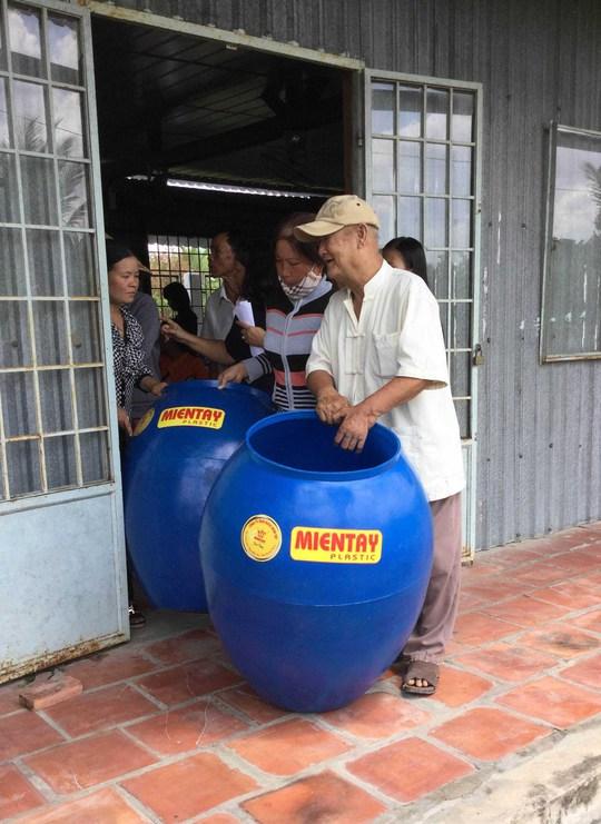 Hàng trăm hộ dân nghèo ở vùng U Minh Thượng phấn khởi sau khi nhận được món quà đầy ý nghĩa từ chương trình