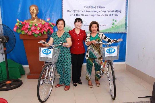 Bà Đinh Thị Thái Hiền, Trưởng Ban Tổ chức LĐLĐ TP HCM, tặng công cụ lao động cho thành viên nghèo quận Tân Phú
