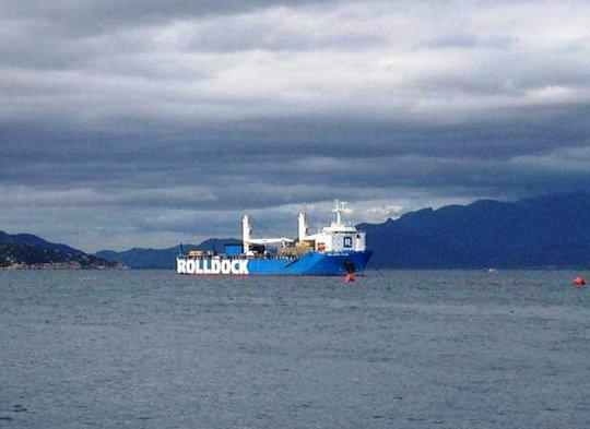 Tàu Rolldock Star chở tàu ngầm kilo 636 Đà Nẵng neo trong vịnh Cam Ranh sáng 3-2