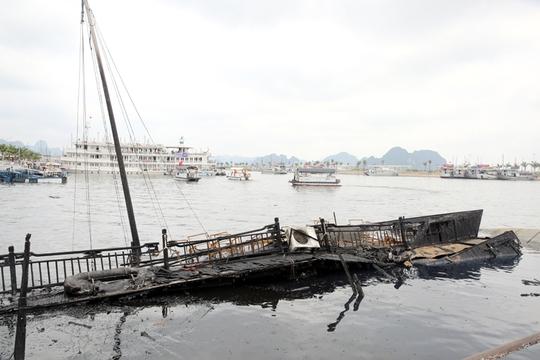 Tàu cháy rụi và chìm tại chỗ