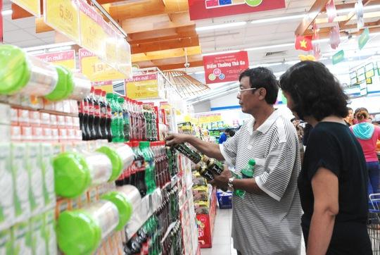 Coca Cola và trà Olong Tea plus giá khuyến mãi được mua nhiều nhưng không lo thiếu hàng