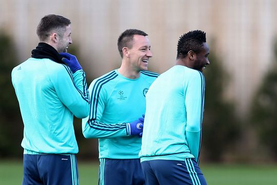Terry (giữa) không thể ra sân trong cuộc đối đầu với PSG