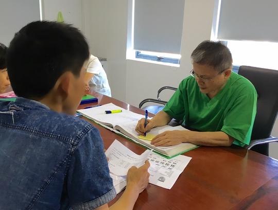 TS-BS Lê Vương Văn Vệ tư vấn cho thanh niên gặp vấn đề về nam khoa