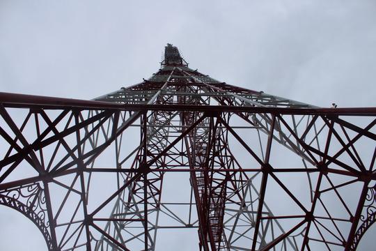 Tháp anten tự đứng cao 99m, phủ sóng trong bán kính 100km.