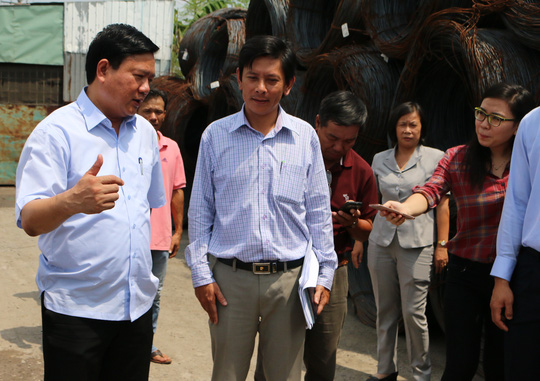 Bí thư Thành ủy Đinh La Thăng thị sát công ty bị người dân tố gây ô nhiễm
