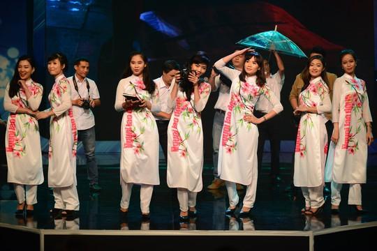 """Tiết mục trình diễn thời trang của Báo Người Lao Động đoạt giải nhất liên hoan """"Điểm hẹn tháng 6"""" Ảnh: TRÚC LÂM"""