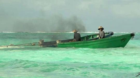 Tàu Trung Quốc hủy hoại nhiều rạn san hô trong quá trình khai thác một loài trai lớn tại một bãi đá gần đảo Thị Tứ Ảnh: BBC